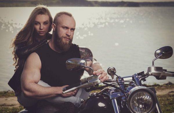 Figurant barbu biker tatoué